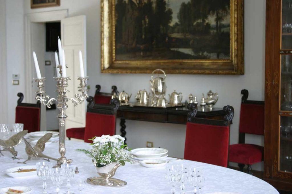 Ha Apprecchiato La Tavola Molto Bene (She sets a beautiful table)